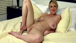 Dee Williams is a super sexy MILF