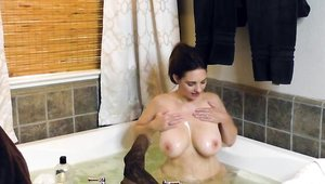 Solo huge boobs and curvy Mindi Mink gaping in the bath